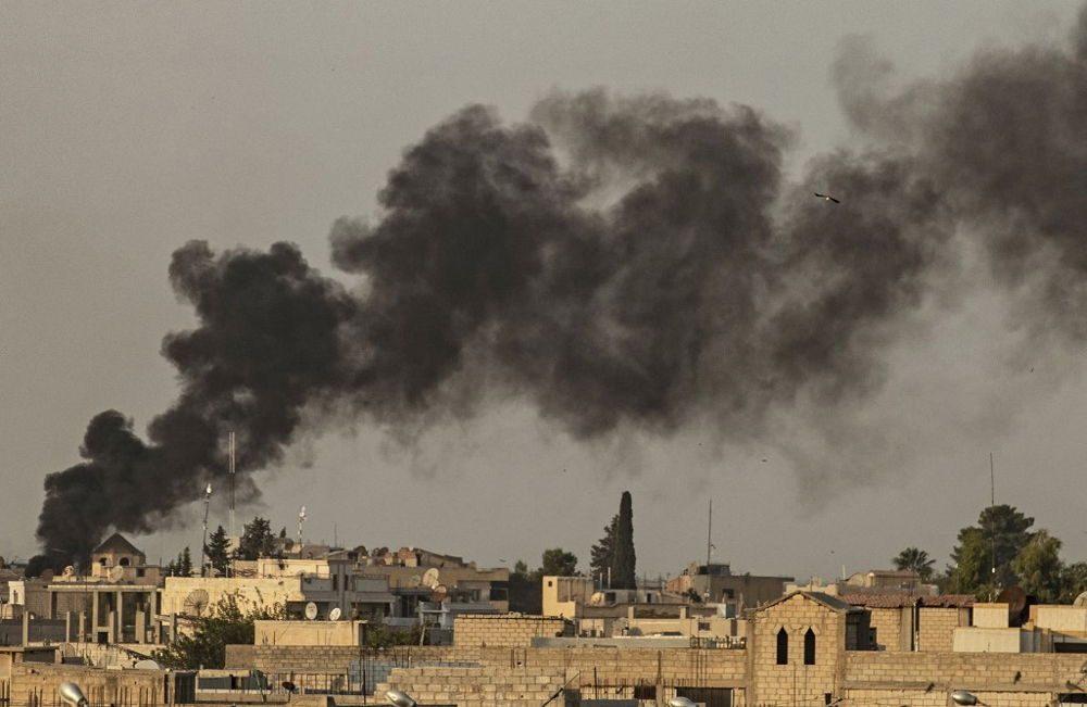 Ondas de humo tras el bombardeo turco en la ciudad de Ras al-Ain, en el noreste de Siria, en la provincia de Hasakeh, a lo largo de la frontera turca, el 9 de octubre de 2019 (Delil SOULEIMAN / AFP)
