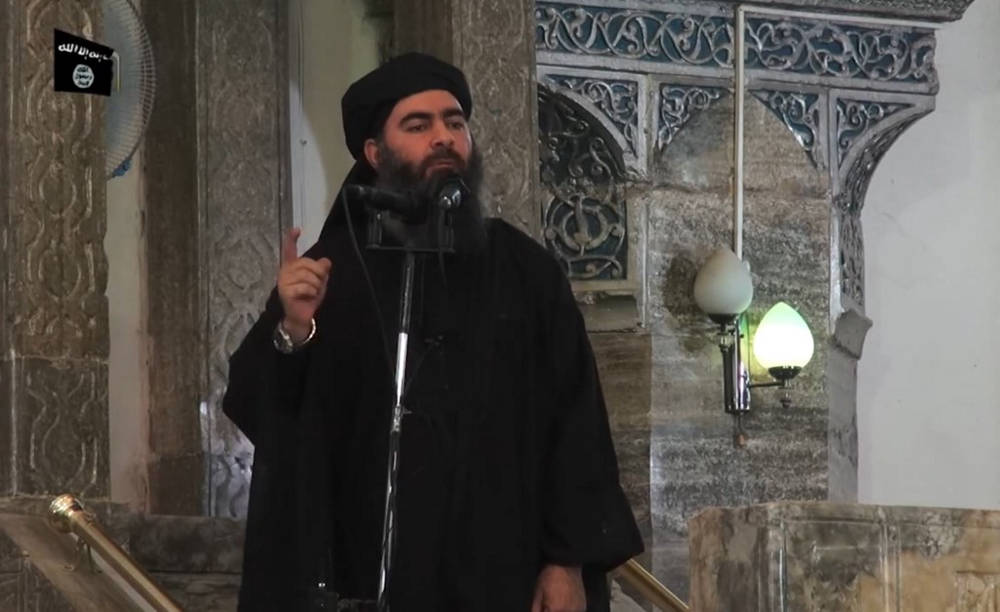 Esta captura de imagen de archivo tomada el 5 de julio de 2014 de un video de propaganda publicado por al-Furqan Media supuestamente muestra al líder del grupo yihadista del Estado Islámico, Abu Bakr al-Baghdadi, dirigiéndose a los fieles musulmanes en una mezquita en la norteña ciudad iraquí de Mosul , celebrada en ese momento por IS. (AFP)