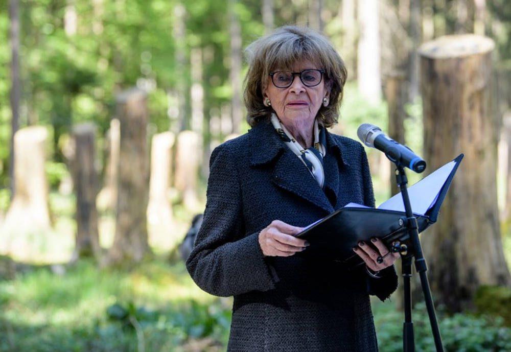 Charlotte Knobloch, presidenta de la Comunidad Judía de Munich, pronuncia un discurso durante una ceremonia para inaugurar un sitio conmemorativo en el antiguo campo de concentración de Muehldorfer Hart, el 27 de abril de 2018. (AFP Photo / dpa / Matthias Balk)