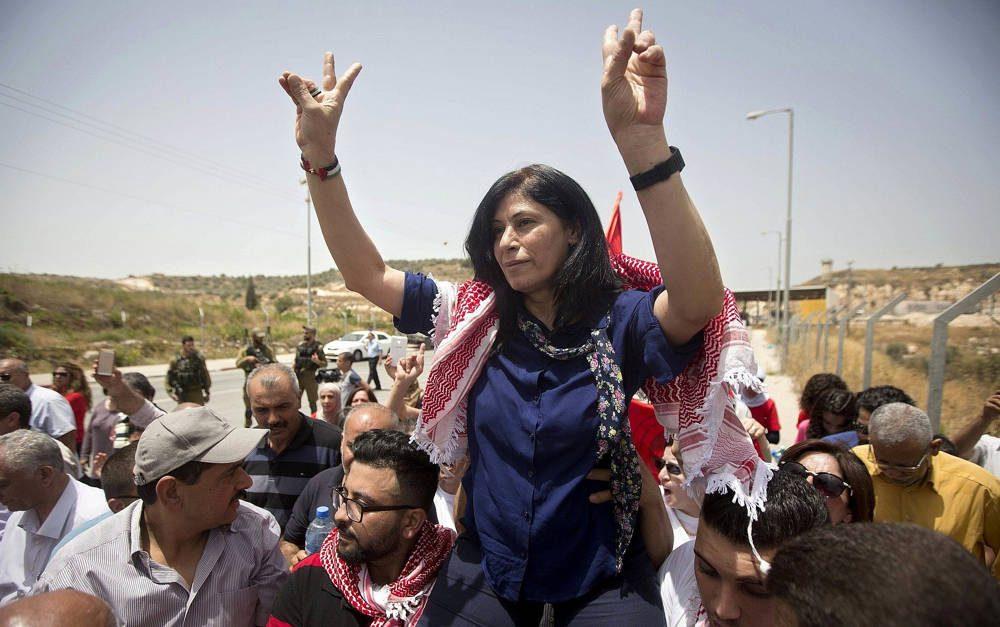 La legisladora palestina Khalida Jarrar es recibida por simpatizantes cerca de la ciudad de Tulkarem, 3 de junio de 2016. (Majdi Mohammed / AP)
