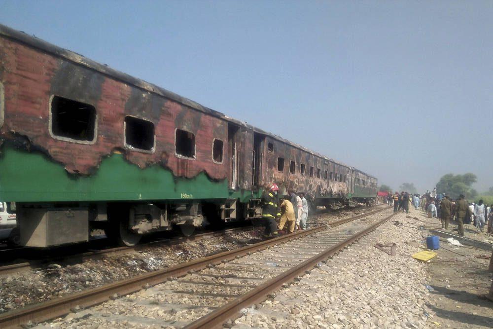 Funcionarios pakistaníes examinan un tren dañado por un incendio en Liaquatpur, Pakistán, 31 de octubre de 2019. (Siddique Baluch / AP)