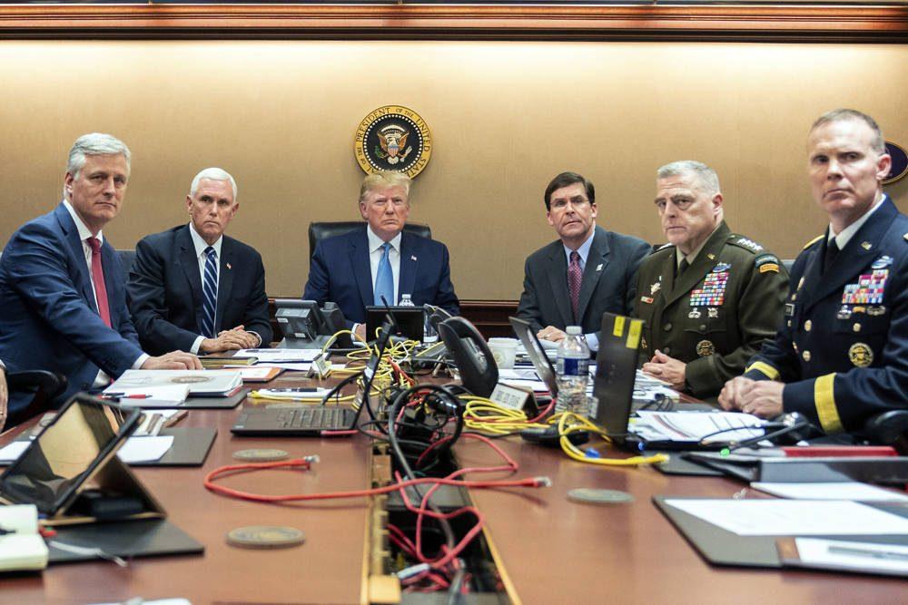 En esta foto proporcionada por la Casa Blanca, el presidente de los Estados Unidos, Donald Trump, se une desde la izquierda, el asesor de seguridad nacional Robert O'Brien, el vicepresidente Mike Pence, el secretario de Defensa, Mark Esper, el presidente del Estado Mayor Conjunto, el general Mark Milley y Brig. General Marcus Evans, Director Adjunto de Operaciones Especiales en el Estado Mayor Conjunto, 26 de octubre de 2019, en la Sala de Situación de la Casa Blanca en Washington. (Shealah Craighead / La Casa Blanca a través de AP)