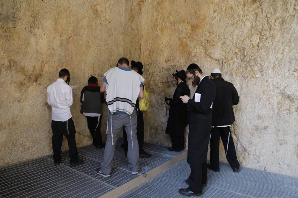 Los judíos ultraortodoxos rezan en las Tumbas de los Reyes, una joya arqueológica de 2.000 años de antigüedad en el corazón de Jerusalén, propiedad de Francia, ya que reabre sus puertas al público por segunda vez en seis meses, el 24 de octubre de 2019. MENAHEM KAHANA / AFP)