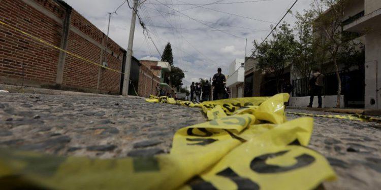 Una cinta amarilla de la policía yace en el camino mientras agentes federales trabajan en la escena del crimen en la ciudad de México (Crédito de la foto: ALEJANDRO ACOSTA / REUTERS)