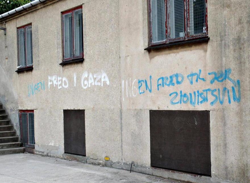 Graffiti antiisraelí embadurnado en la pared de una escuela judía en Dinamarca ( Foto: AFP )