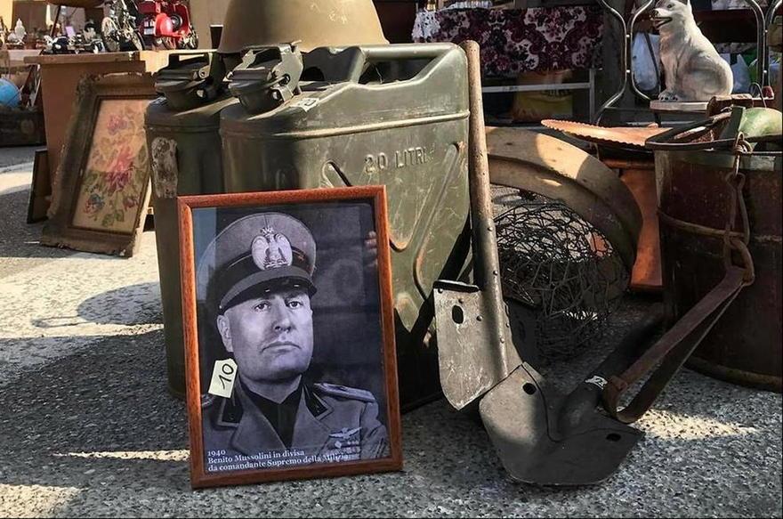 Una imagen de Mussolini a la venta en un mercado en Verona, Italia ( Foto: AP )