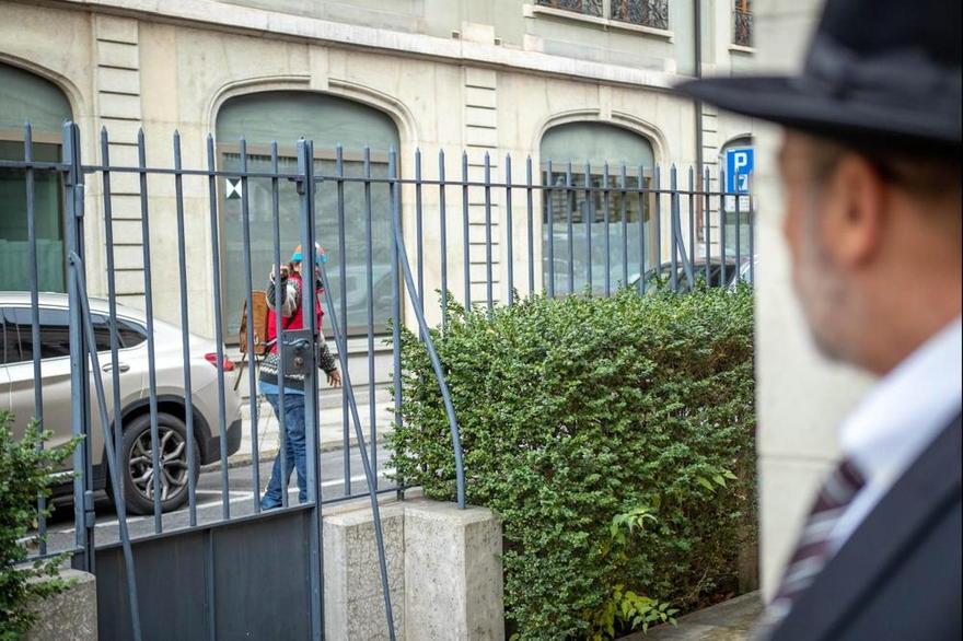 El agresor dando un saludo nazi fuera de la sinagoga. ( Foto: Eli Atkin )