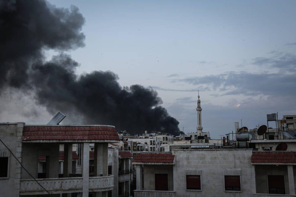 El humo sale de los edificios después de los ataques aéreos que se cree que fueron montados por aviones de combate rusos en áreas residenciales en el centro de la ciudad de Idlib, Siria, el 13 de marzo de 2019. (Anas Alkharboutli / Picture Alliance a través de Getty Images)