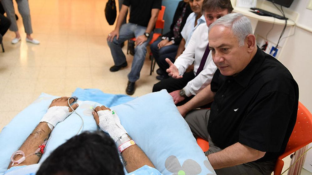 El primer ministro Benjamin Netanyahu visita al herido Niv Nehemiah  ( Foto: GPO )