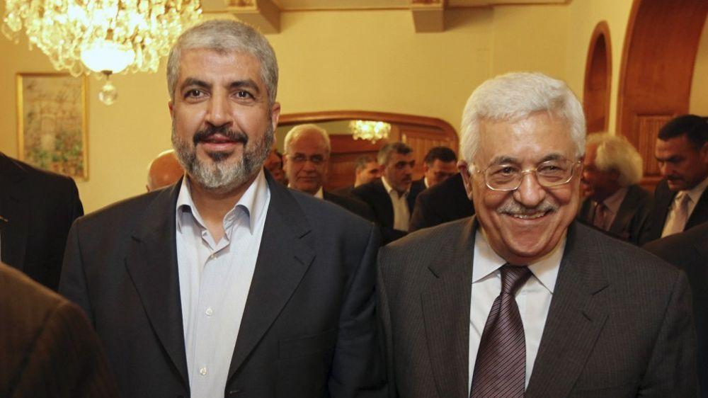 El líder de Hamás, Khaled Mashaal, a la izquierda, con el presidente de la Autoridad Palestina, Mahmoud Abbas. (AP)