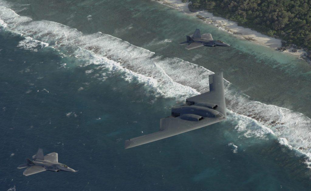 Dos F-22 Raptors y un bombardero B-2 Spirit desplegados en la Base de la Fuerza Aérea Andersen, Guam, vuelan en formación sobre el Océano Pacífico.(Foto USAF)