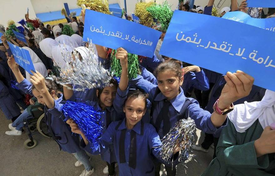 Los escolares refugiados asisten a una ceremonia oficial para regresar a la escuela en una de las escuelas de UNRWA en un campamento de refugiados palestinos Al-Wehdat, en Amman, Jordania, el 2 de septiembre de 2018. (Foto AP / Raad Adayleh)