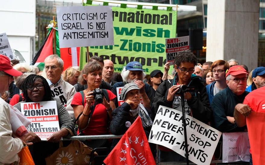 Ilustrativo: los activistas antiisraelíes reaccionan ante una reunión del Comité Ejecutivo Nacional del Trabajo en Londres, 4 de septiembre de 2018. (Stefan Rousseau / PA vía AP)