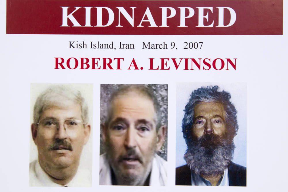 En esta foto de archivo del 6 de marzo de 2012, un póster del FBI que muestra una imagen compuesta del ex agente del FBI Robert Levinson, a la derecha, de cómo se vería ahora después de cinco años en cautiverio, y una imagen, centro, tomada del video, publicado por sus secuestradores, y una imagen antes de ser secuestrado, a la izquierda, mostrada durante una conferencia de prensa en Washington. (Foto AP / Manuel Balce Ceneta)