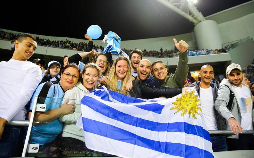 Aficionados de Argentina en un partido de fútbol entre Argentina y Uruguay en el estadio Bloomfield de Tel Aviv, 18 de noviembre de 2019. (Flash90)