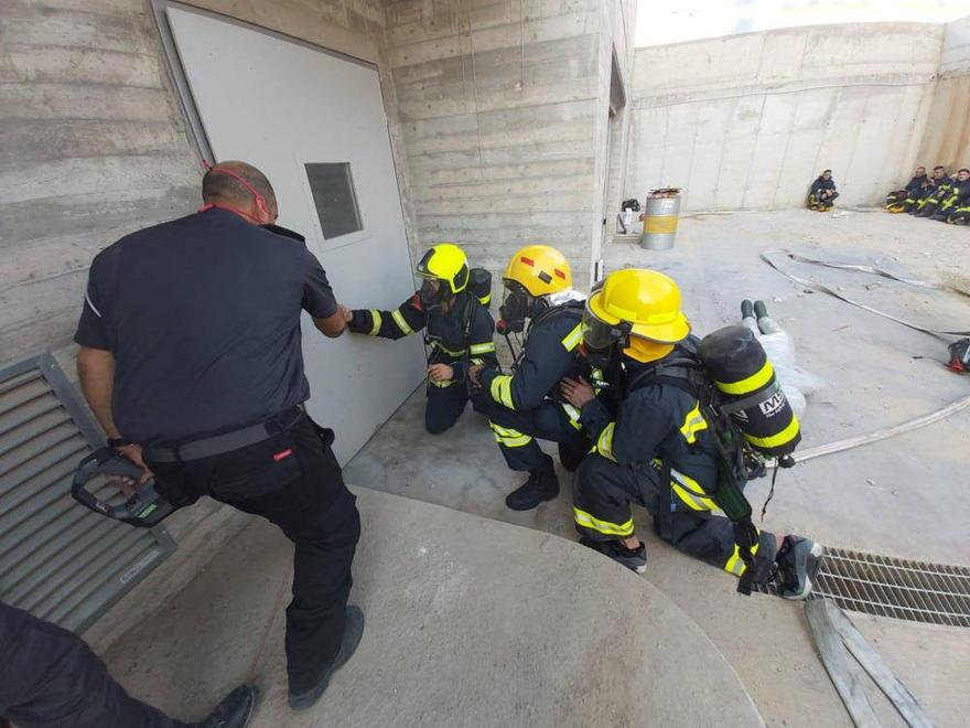 Bomberos de la Autoridad Palestina entrenándose en una academia de bomberos israelí el 5 de noviembre de 2019 en Rishon Lezion. (Crédito: COGAT)
