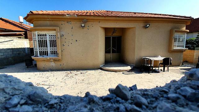 Una casa en Sderot que sufrió el golpe directo de un cohete lanzado desde Gaza (Foto: Roee Idan)