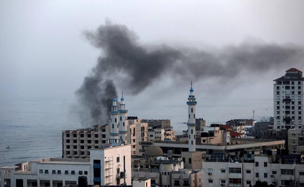 El humo se eleva después de un ataque aéreo israelí en la ciudad de Gaza el 13 de noviembre de 2019. (MAHMUD HAMS / AFP)