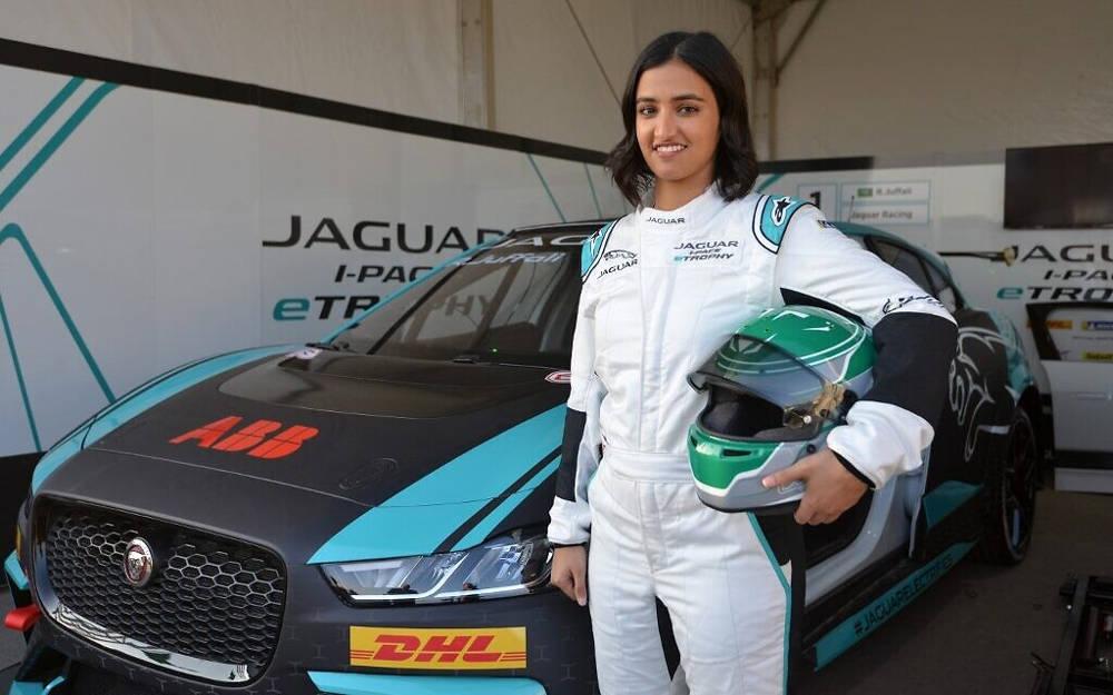 Reema al-Juffali, la primera mujer piloto de carreras de Arabia Saudita, posa frente a su automóvil durante una entrevista con AFP en el distrito de Diriyah en Riad el 20 de noviembre de 2019. (Fayez Nureldine / AFP)