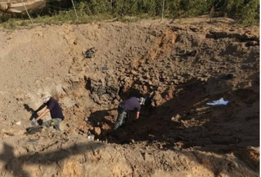 Los israelíes inspeccionan un cráter dejado por un nuevo cohete de la Jihad Islámica en el sur de Israel en noviembre de 2019 (Captura de pantalla / Canal 12)