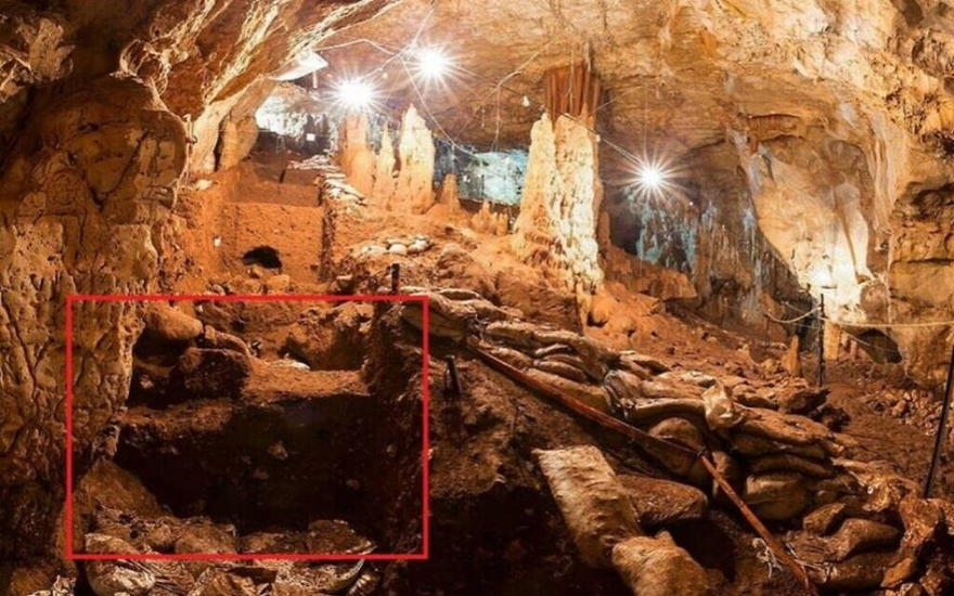 Una vista a la cueva Manot con una marca del área donde se encontraron algunos de los dientes de 40,000 años de antigüedad. (Prof. Israel Hershkovitz)