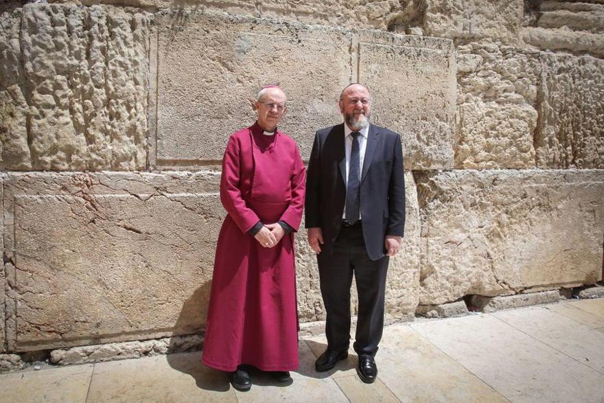 El Arzobispo de Cantebury Justin Welby (l) y el Gran Rabino Británico Ephraim Mirvis, visitan el Muro de los Lamentos, el lugar más sagrado del judaísmo, en la Ciudad Vieja de Jerusalén, el 3 de mayo de 2017. (Yonatan Sindel / Flash90)