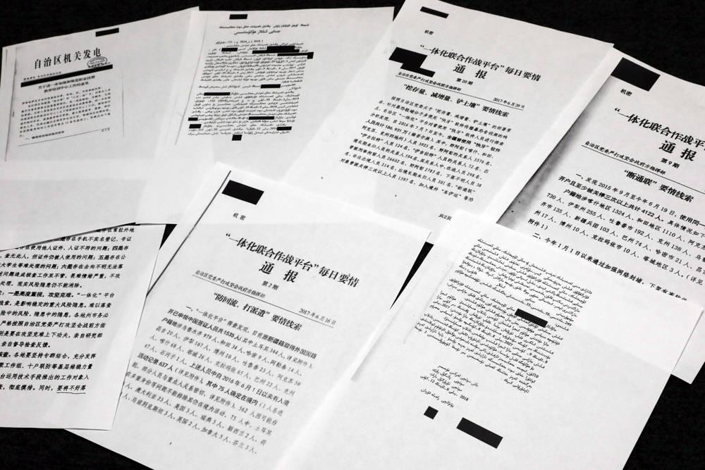 Una muestra de documentos clasificados del gobierno chino filtrados a un consorcio de organizaciones de noticias se muestra para una foto en Nueva York, el viernes 22 de noviembre de 2019. (AP Photo / Richard Drew)