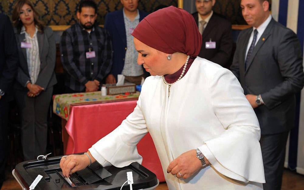 En esta foto publicada por la Presidencia egipcia, Instissar el-Sissi, la esposa del presidente Abdel-Fattah el-Sissi vota en las elecciones presidenciales, en El Cairo, Egipto, 26 de marzo de 2018. (Presidencia egipcia a través de AP)