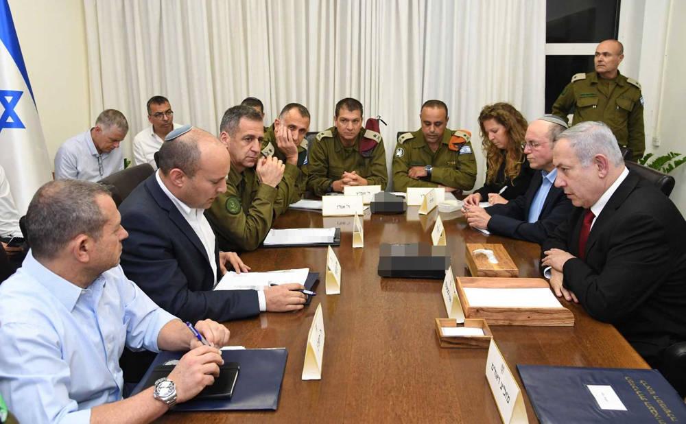 El primer ministro Benjamin Netanyahu (R) y el ministro de Defensa Naftali Bennett (2L) se reunieron con los jefes militares en Tel Aviv el 12 de noviembre de 2019 (Haim Tzach / GPO)