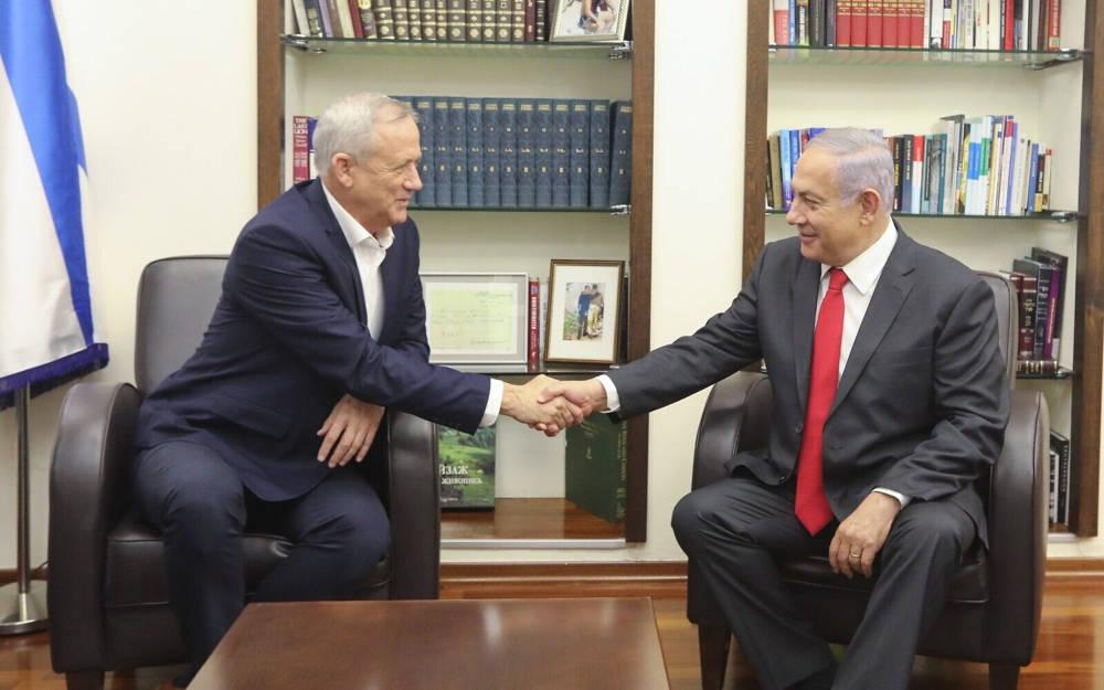 El líder del partido Azul y Blanco, Benny Gantz (izq.) Y el primer ministro Benjamin Netanyahu se reúnen en la sede de las FDI en Tel Aviv, el 27 de octubre de 2019. (Elad Malka)