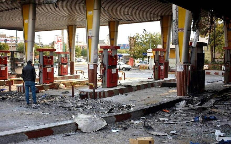 Un hombre iraní revisa una estación de gas quemada que fue incendiada por los manifestantes durante una manifestación contra un aumento en los precios de la gasolina en Eslamshahr, cerca de la capital iraní de Teherán, 17 de noviembre de 2019. (AFP)