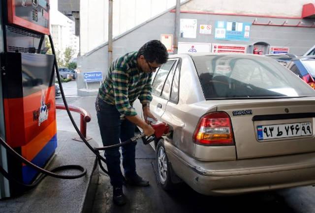Los iraníes llenan sus vehículos en una estación de servicio en Teherán, el 15 de noviembre de 2019. (STR / AFP)