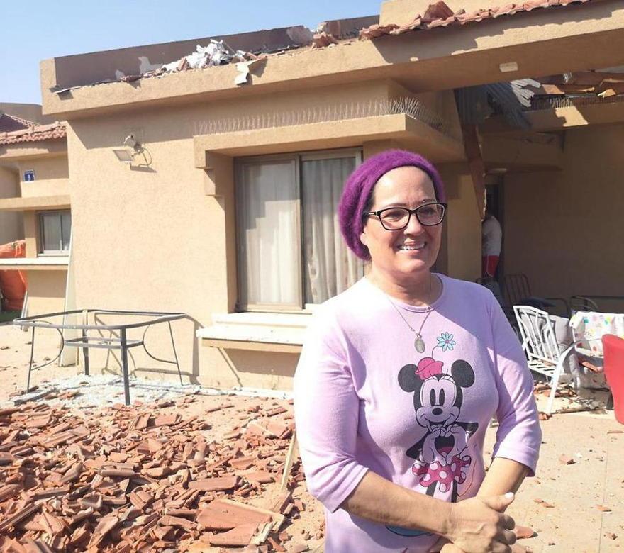 Batsheva Hadad se encuentra fuera de su casa después de que recibió un impacto directo de un cohete de Gaza (Foto: Haim Horenstein)