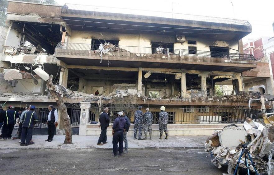 Las fuerzas de seguridad y los trabajadores municipales fuera de un edificio que fue blanco de un ataque aéreo en el barrio Mazze de Damasco, capital de Siria, durante la noche del 12 de noviembre de 2019 (LOUAI BESHARA / AFP)