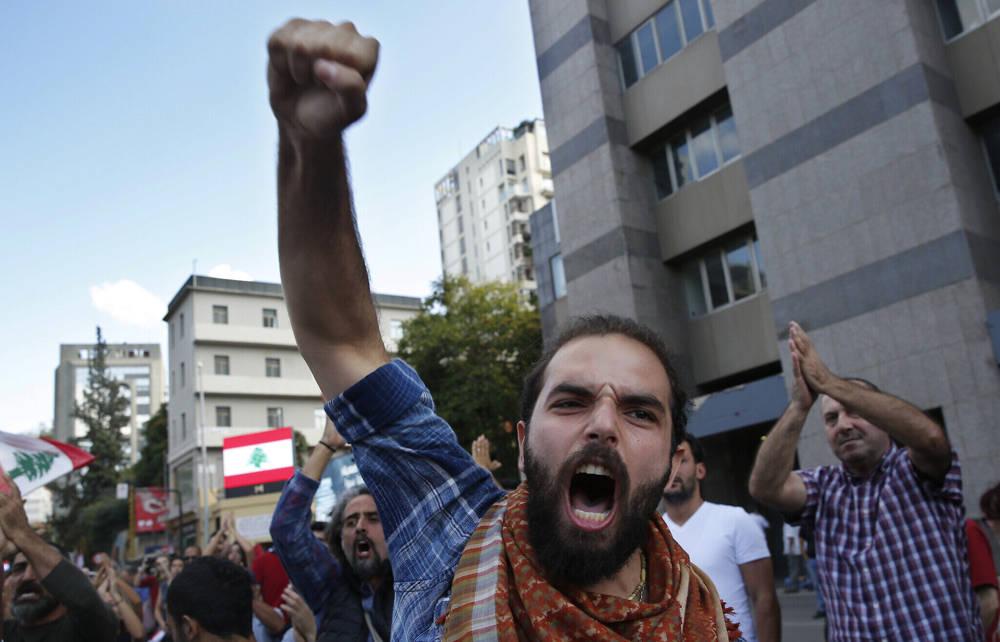 En esta foto de archivo del 29 de octubre de 2019, un manifestante antigubernamental grita consignas después de ser atacado por partidarios de Hezbolá, en Beirut, Líbano. (Foto AP / Hussein Malla, archivo)