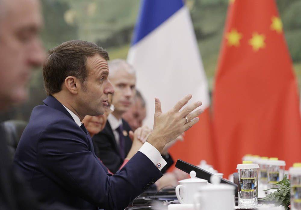 El presidente francés, Emmanuel Macron, habla durante una reunión con el primer ministro chino Li Keqiang (no en la foto) en el Gran Salón del Pueblo en Beijing el 6 de noviembre de 2019. (JASON LEE / POOL / AFP)
