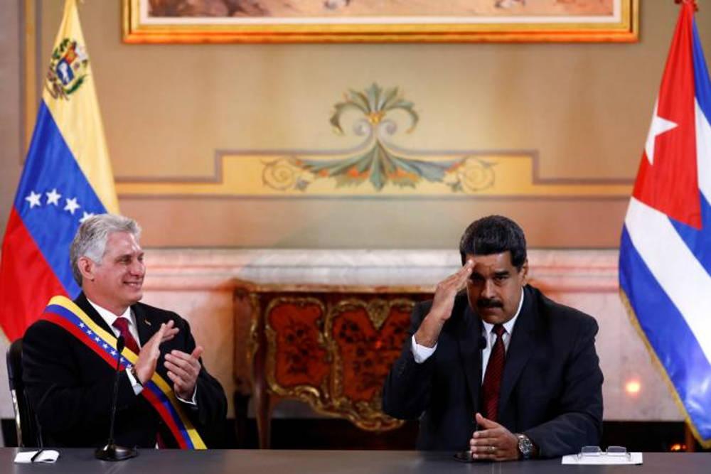 El presidente de Venezuela, Nicolás Maduro, saluda al lado del presidente de Cuba, Miguel Diaz-Canel, durante una reunión en el Palacio de Miraflores en Caracas, en mayo del 2018. - MARCO BELLO / REUTERS