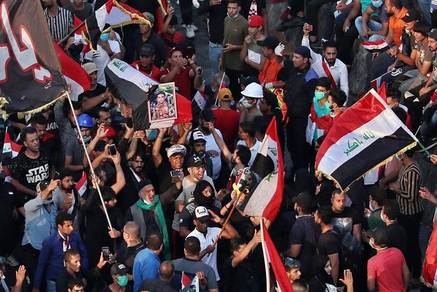 En esta foto del jueves 31 de octubre de 2019, los dolientes y los manifestantes llevan el ataúd cubierto con la bandera de Mohammed Sadiq durante su funeral durante una manifestación en la plaza Tahrir en Bagdad, Irak. Sadiq fue asesinado mientras participaba en las protestas en curso contra el gobierno, dijo su familia. (Foto AP / Hadi Mizban)