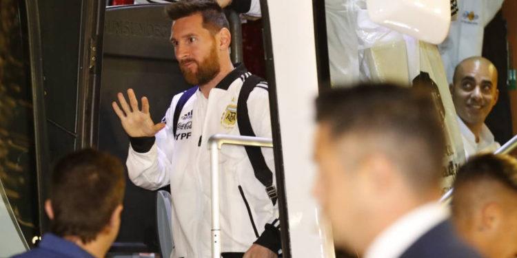 El delantero argentino Lionel Messi llega al hotel Hilton en Tel Aviv el 17 de noviembre de 2019, antes del partido amistoso de fútbol entre Uruguay y Argentina. (Jack GUEZ / AFP)