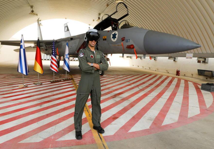 Capitán B se para frente a un caza F-15 IAF durante el simulacro de Bandera Azul (Crédito: Marc Israel Sellem / The Jerusalem Post)