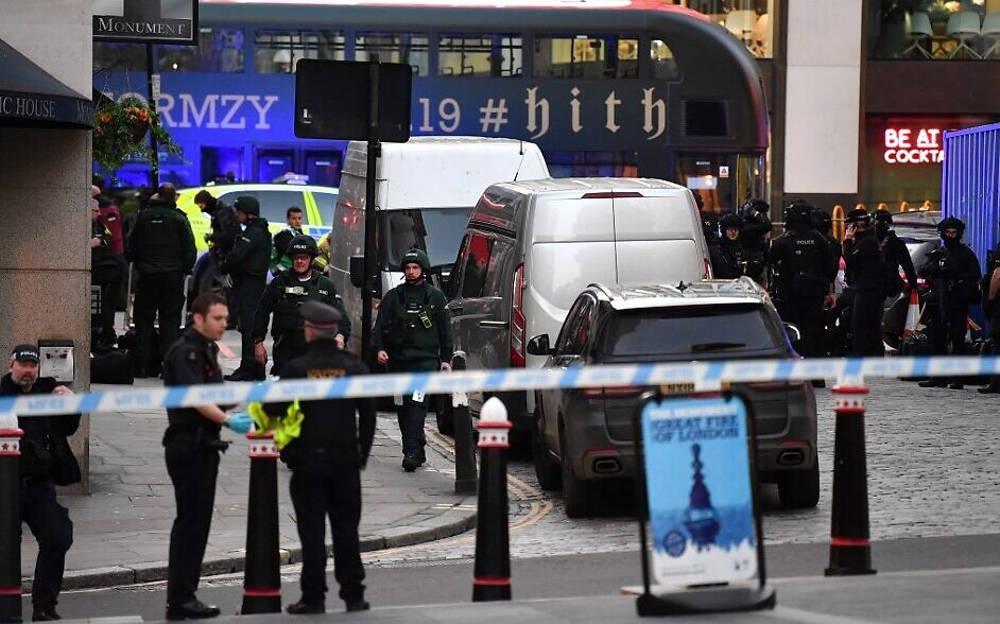 La policía se reúne cerca del Monumento en el centro de Londres, el 29 de noviembre de 2019, después de un ataque punzante en el Puente de Londres (Ben STANSALL / AFP)