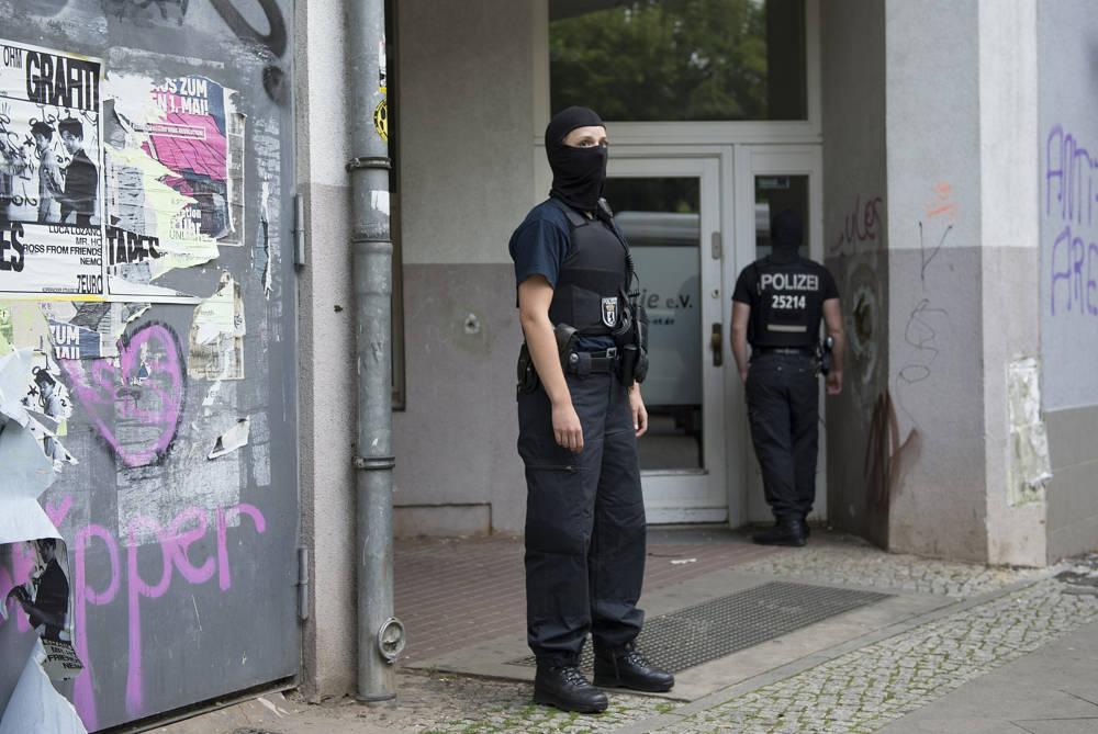 Ilustrativo: la policía enmascarada se para frente a una casa en Berlín el 12 de julio de 2017, después de que unidades especiales de la policía allanaron varias casas en relación con una moneda de oro de 100 kilogramos robada del Museo Bode. (Paul Zinken / dpa a través de AP)