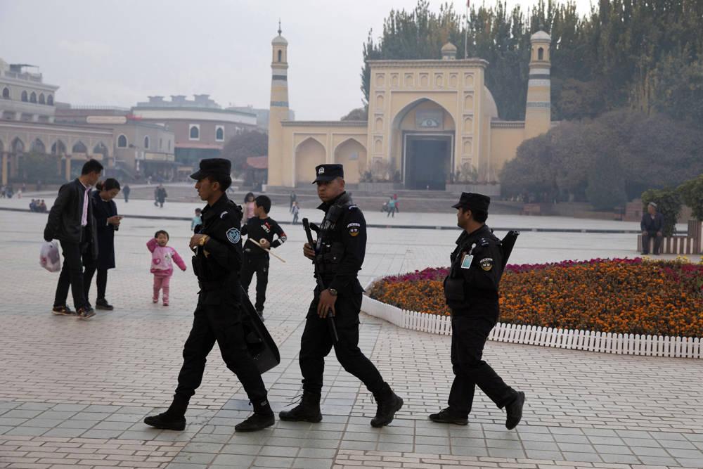 En esta foto de archivo del 4 de noviembre de 2017, el personal de seguridad uigur patrulla cerca de la mezquita Id Kah en Kashgar, en la región occidental de Xinjiang, China. Documentos clasificados, filtrados a un consorcio de organizaciones de noticias, presentan la estrategia deliberada del gobierno chino para encerrar a las minorías étnicas para reconectar sus pensamientos e incluso el idioma que hablan. (Foto AP / Archivo)