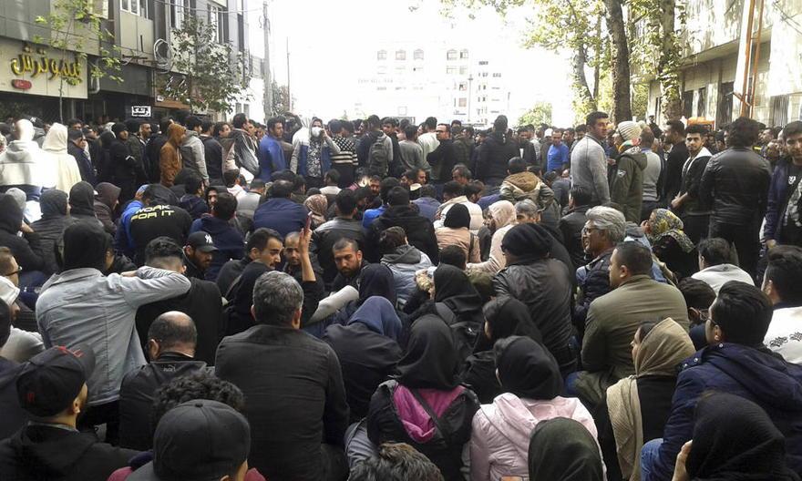 Los manifestantes asisten a una manifestación después de que las autoridades aumentaron los precios de la gasolina, en la ciudad norteña de Sari, Irán, 16 de noviembre de 2019. (Mostafa Shanechi / ISNA a través de AP)