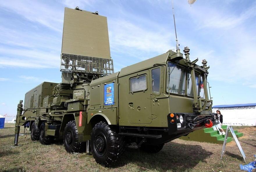 El radar de detección a toda altitud 96L6E de los sistemas S-300 y S-400, montado en el chasis del MZKT-7930.(WikiMedia Commons)
