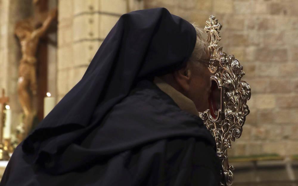 Una monja cristiana besa una reliquia de madera que se cree proviene del pesebre de Jesús en la iglesia de Notre Dame en Jerusalén, el viernes 29 de noviembre de 2019 (AP Photo / Mahmoud Illean)