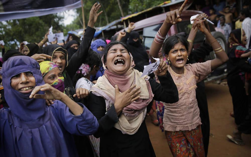 Mujeres rohinyá lloran y gritan consignas durante una manifestación de protesta para conmemorar el primer aniversario de la represión del ejército de Myanmar contra los musulmanes rohingya, el campo de refugiados de Kutupalong en Bangladesh, el 25 de agosto de 2018. (Foto AP / Altaf Qadri)