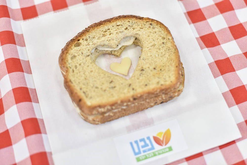 Nevet trabaja en más de 151 escuelas en 46 municipios de Israel para identificar a los niños desfavorecidos y proporcionarles discretamente 1.3 millones de sándwiches saludables para el desayuno al año - Israel Hayom