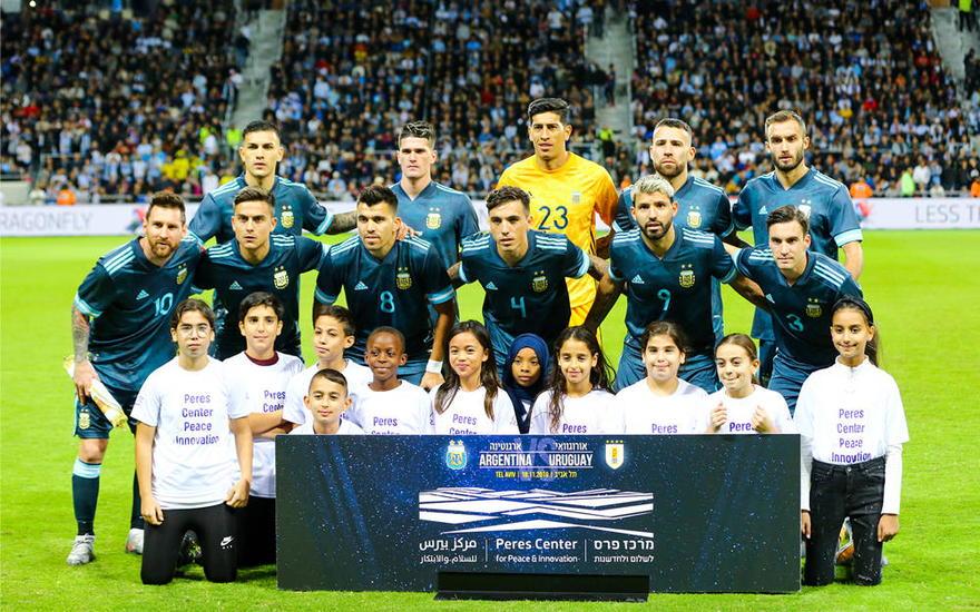 El equipo nacional de fútbol de Argentina posa en el estadio Bloomfield en Tel Aviv, 18 de noviembre de 2019. (Flash90)