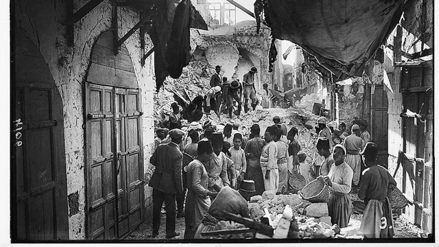 Una calle devastada en Tiberíades tras el terremoto de 1927